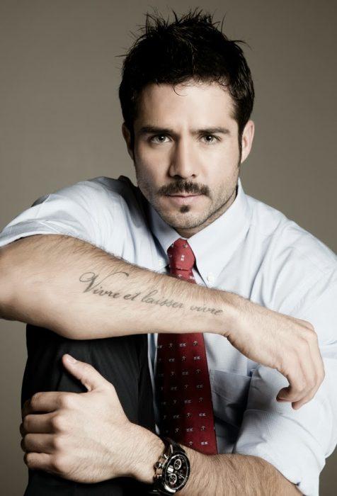 José Ron mostrando el tatuaje de su brazo