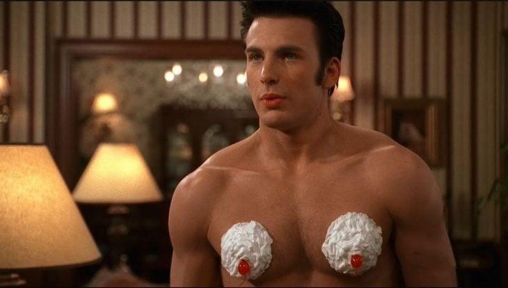 Chris Evans lleno de crema batida en el pecho