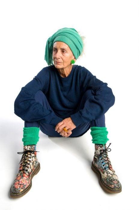 mujer adulto mayor vestida como joven botas