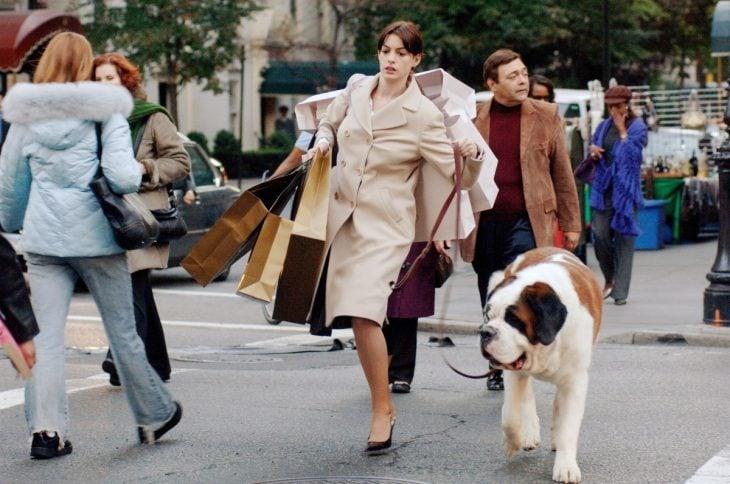 mujer ejecutiva con perros y bolsas en la calle
