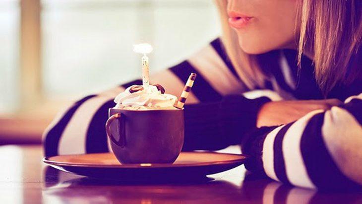 gif mujer comiendo pastel