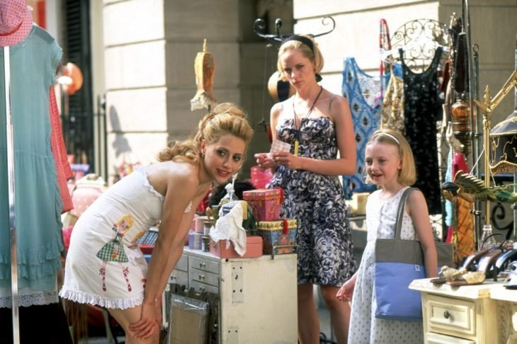 chica y niña en venta de bazar