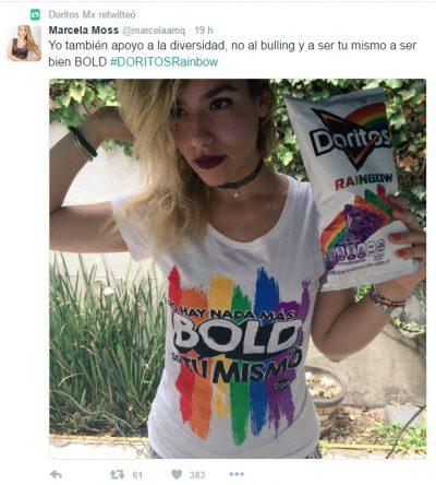 Chica con la playera de la campaña de Doritos Rainbow