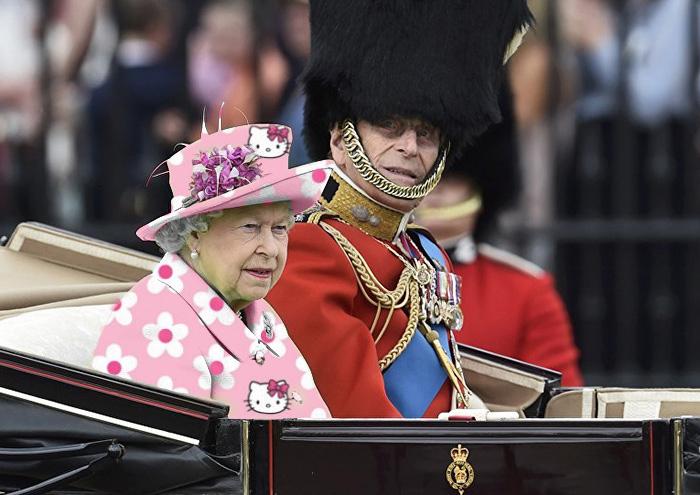 Reina Isabel vestida como kitty
