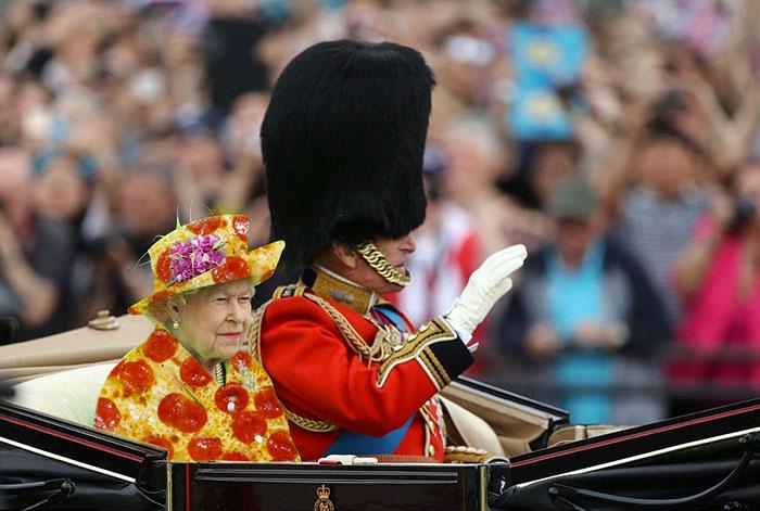 Reina Isabel vestida como una pizza gigante