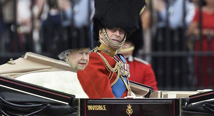 Reina Isabel vestida como una mujer invisible