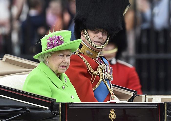 Reina Isabel vestida como una pantalla verde