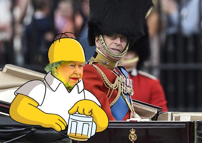 Reina Isabel vestida como Homero Simpson