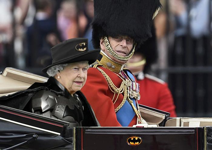 Reina Isabel vestida como Batman