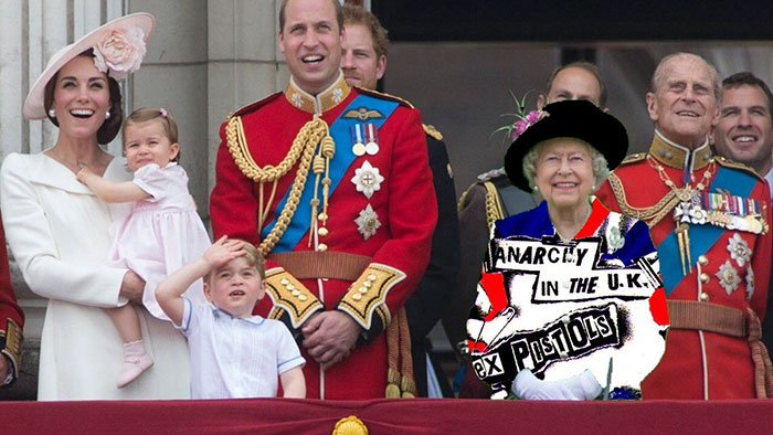 Reina Isabel vestida como el grupo de música Sex Pistols