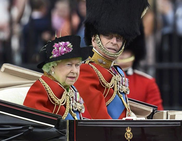 Reina Isabel vestida como alguien de su guardia real