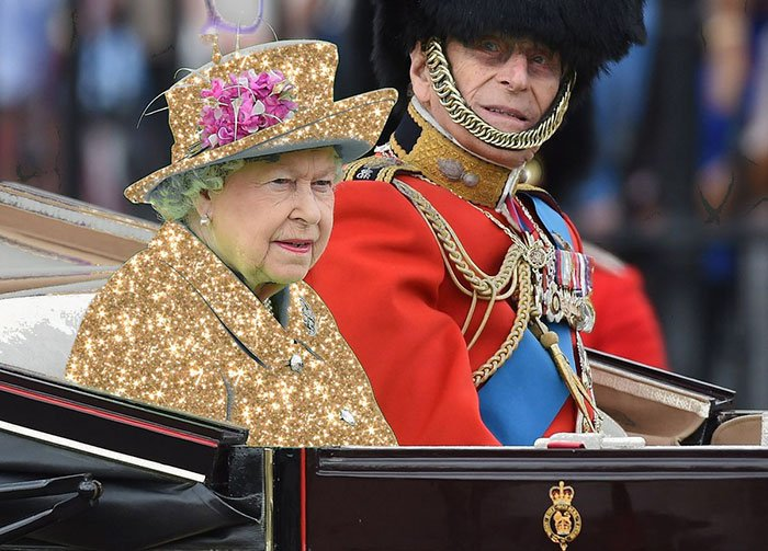 Reina Isabel vestida como la reina del bling bling
