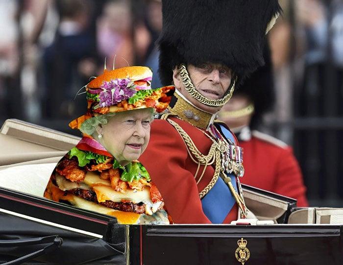 Reina Isabel vestida como una hamburguesa