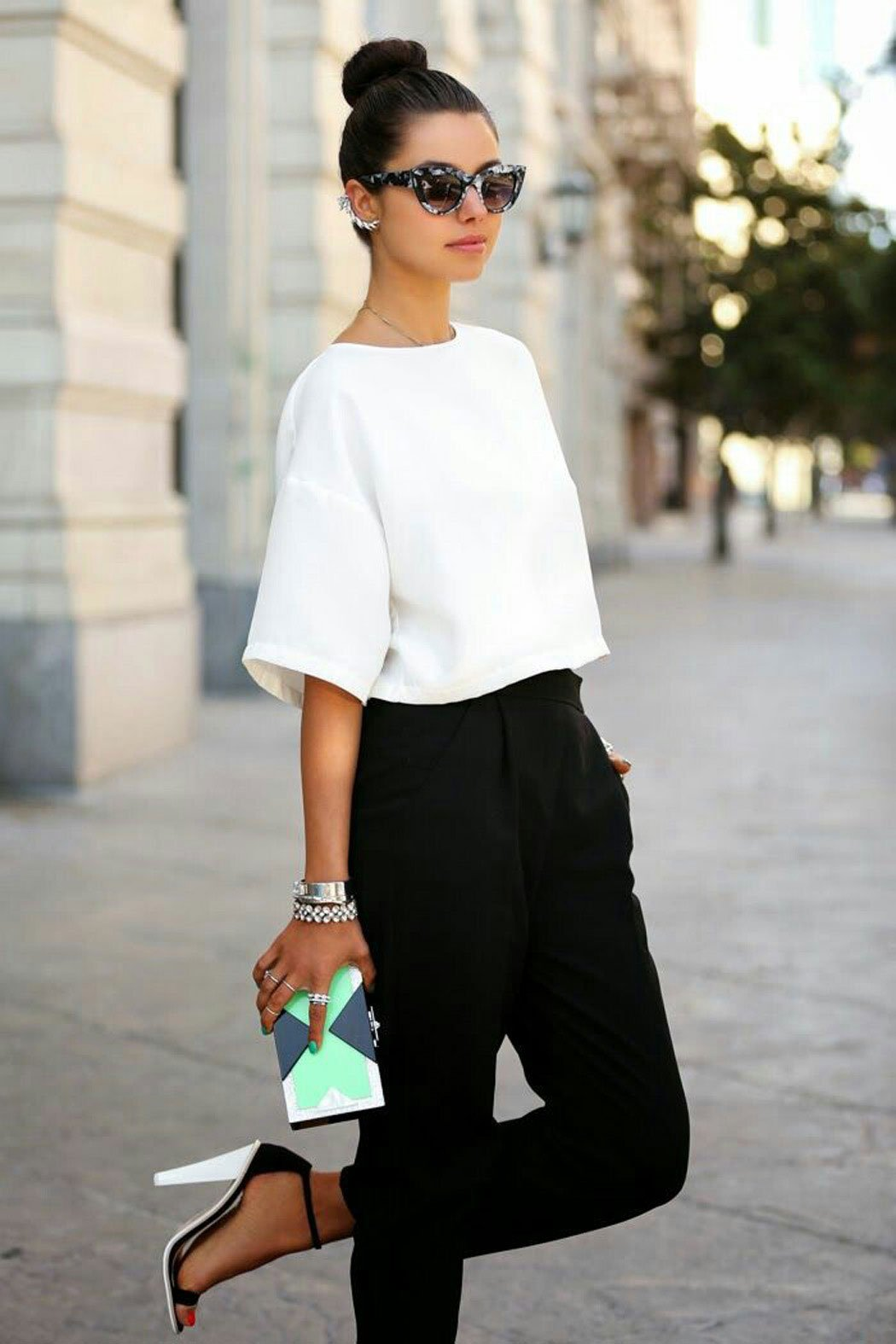 c5aa3ef4eb Totalmente elegante. Chica usando un pantalón negro y una blusa blanca