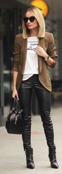 Chica usando pantalones de color negro, blusa blanca y blazer de color café