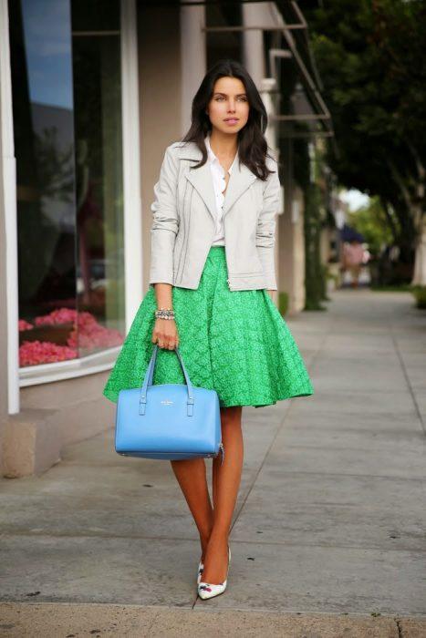 Chica usando una falda en color verde con un blazer en color beige