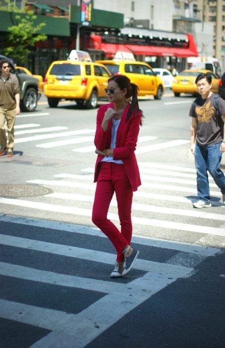 Chica vestida con un traje sastre en color rojo vino