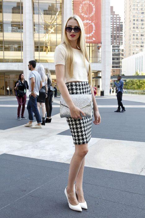 Chica usando una falda de lápiz texturizada con una blusa en color beige