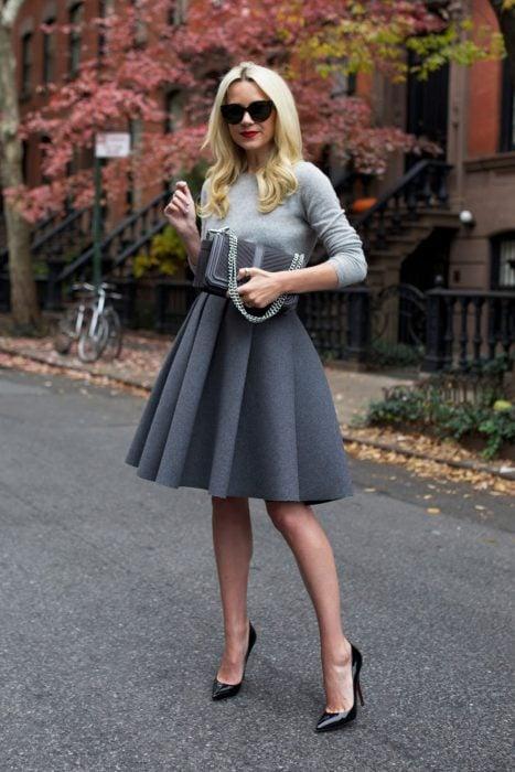 Chica usando una falda en color gris