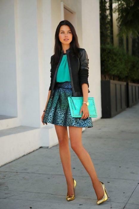 Chica usando una falda en color vede aqcua y un blazer