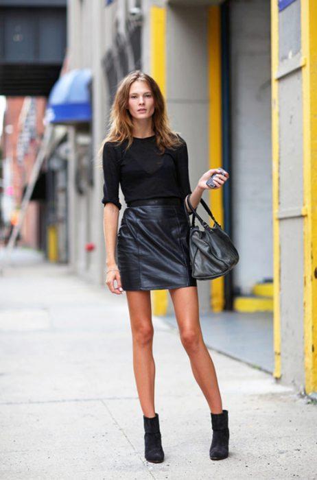 Chica usando una blusa y una falda de piel