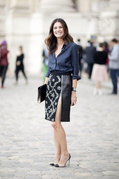 Chica con una falda con abertura a la altura del muslo