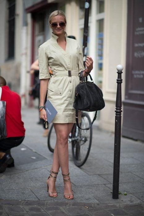 Chica usando un traje de color café