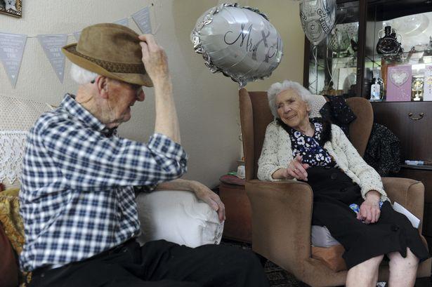 pareja ancianos juntos