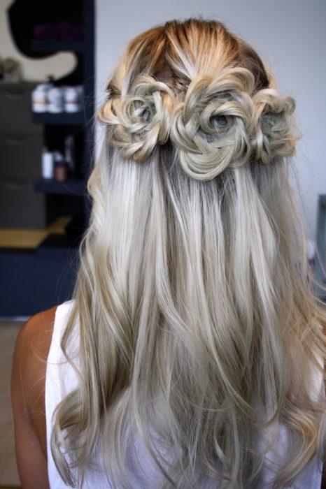 Chica con un peinado de trenzas que forman flores