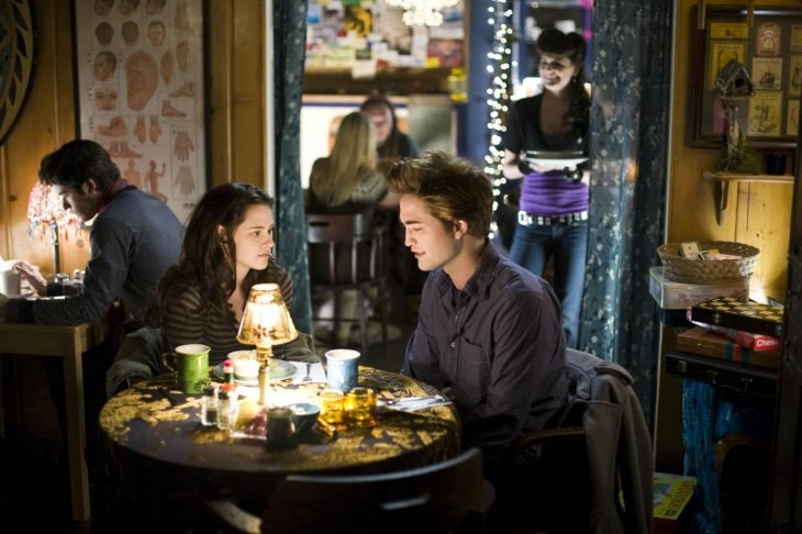 pareja joven cenando restaurante