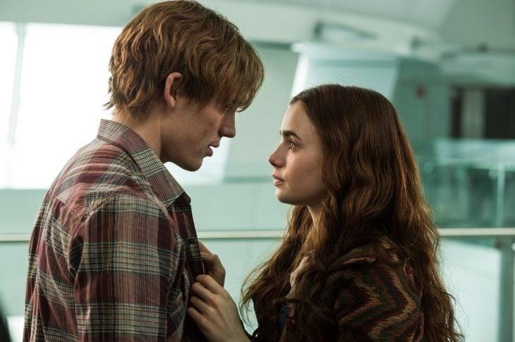 pareja joven hablando