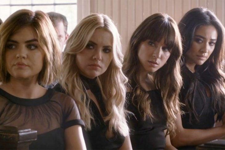 cuatro mujeres sentadas haciendo cara de disgusto