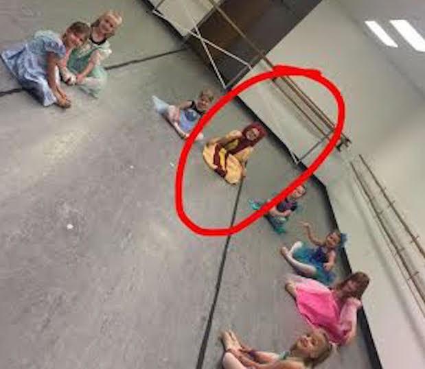Princesa hot dog sentada en su clase de baile