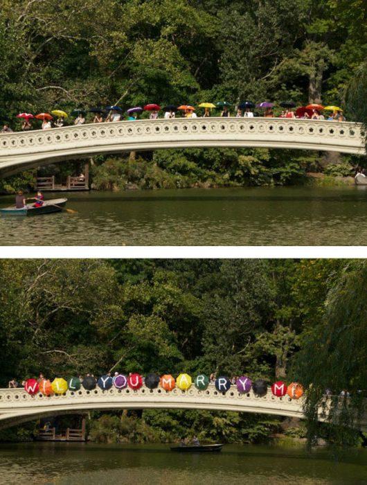 Propuestas de matrimonio en un puente con sombrillas