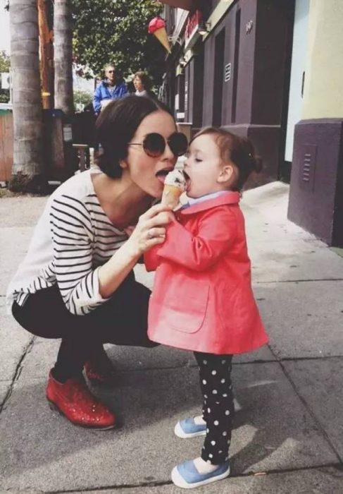 Chica y bebé comiendo helado