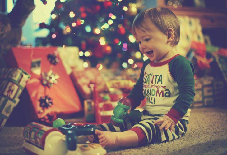 Bebé abriendo regalos