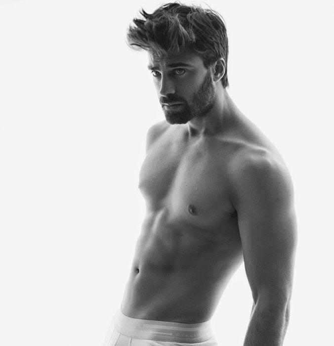 hombre sin camisa y boxers blancos