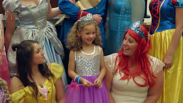 Danielle Koning rodeada de princesas