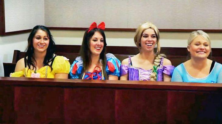 Personas disfrazadas de princesas de Disney en una audiencia