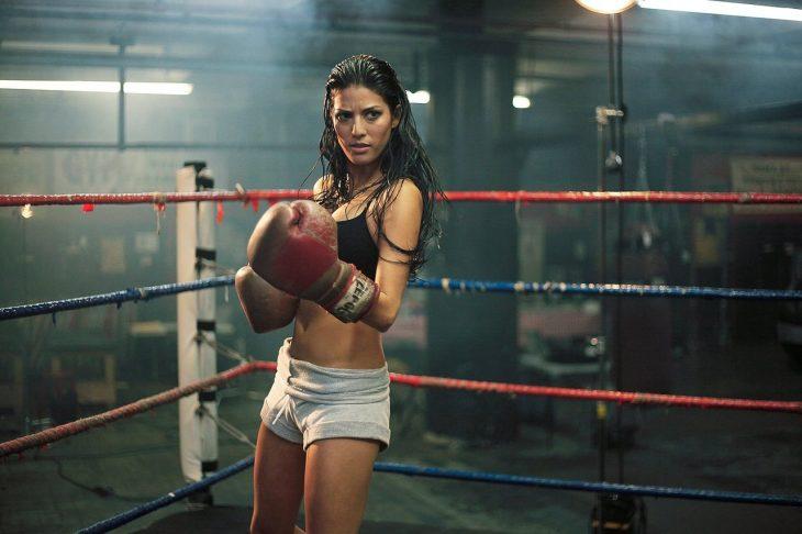 Chica en un ring de boxeo lista para pelear