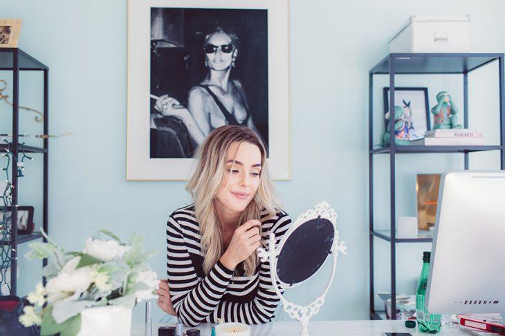 Chica mirándose en un espejo