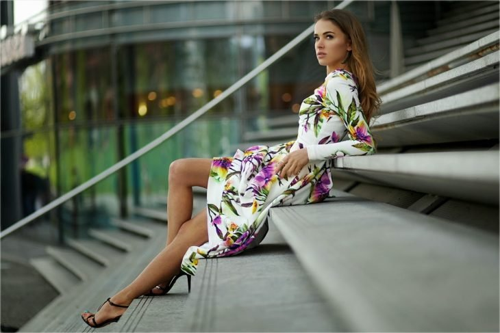 Chica sentada en las escaleras viendo hacia el horizonte