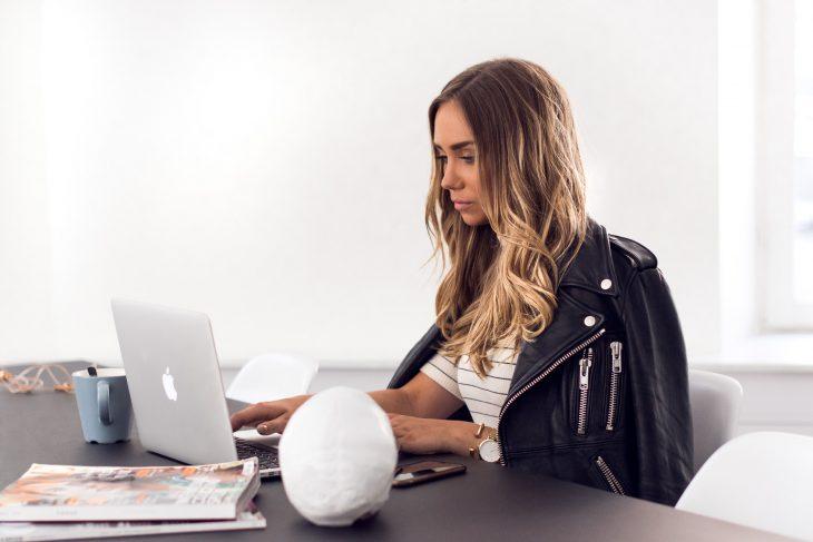 Chica frente a su computadora trabajando