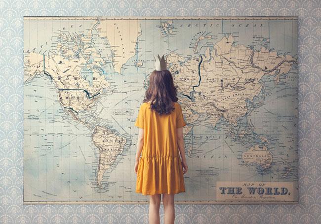 Chica observando un mapa del mundo