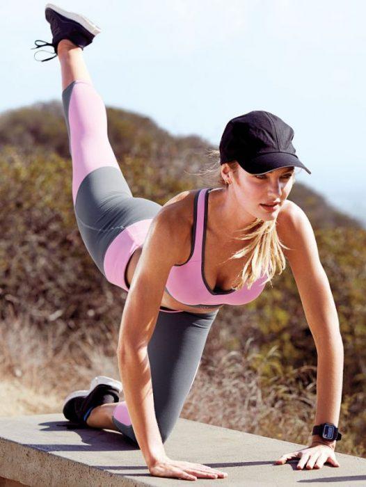 Chica haciendo ejercicio en un parque
