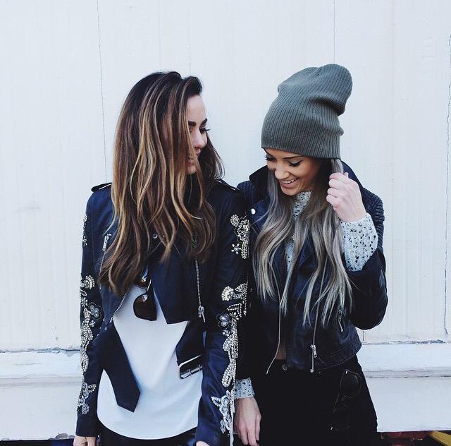 Mejores amigas conversando mientras están en la calle