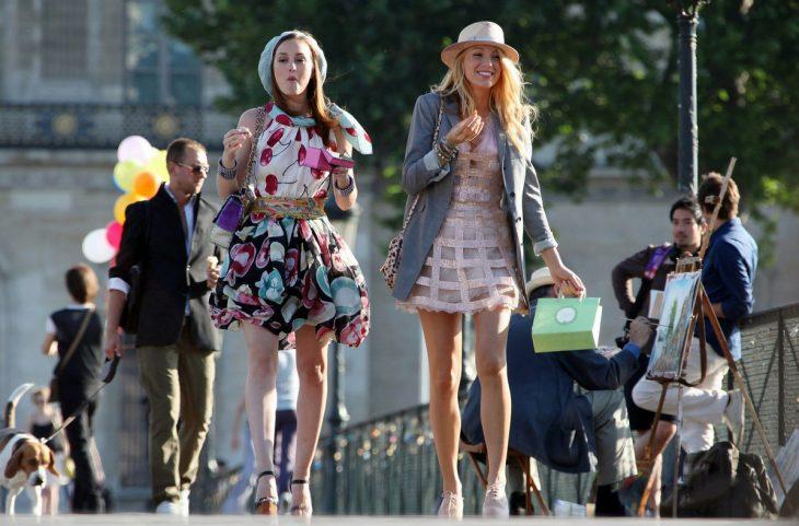 Escena de la serie gossip girls chicas caminando mientras comen