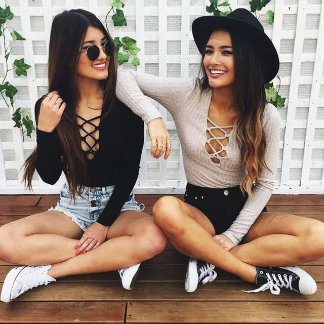 Chicas sentadas sobre el suelo conversando