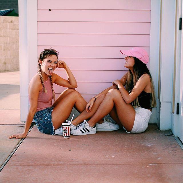 Chicas sentadas en el suelo conversando