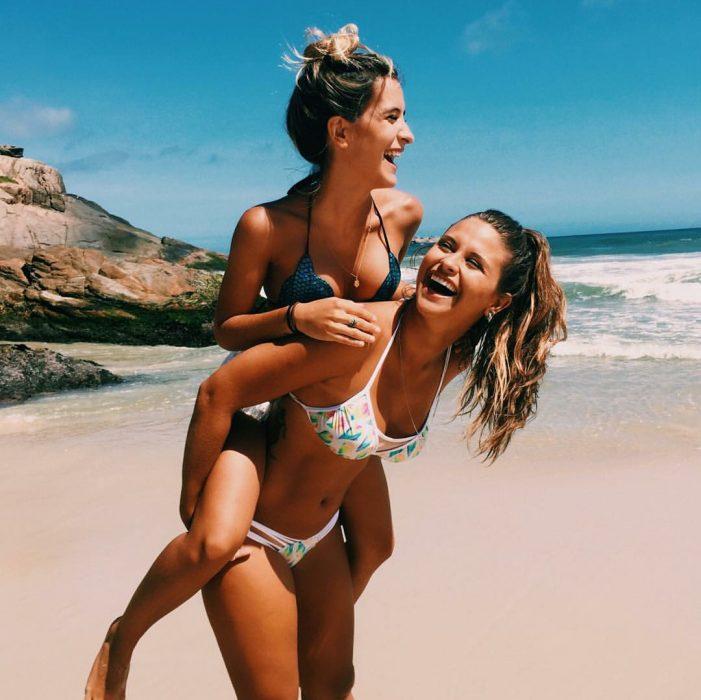 Mejores amigas disfrutando un día en la playa